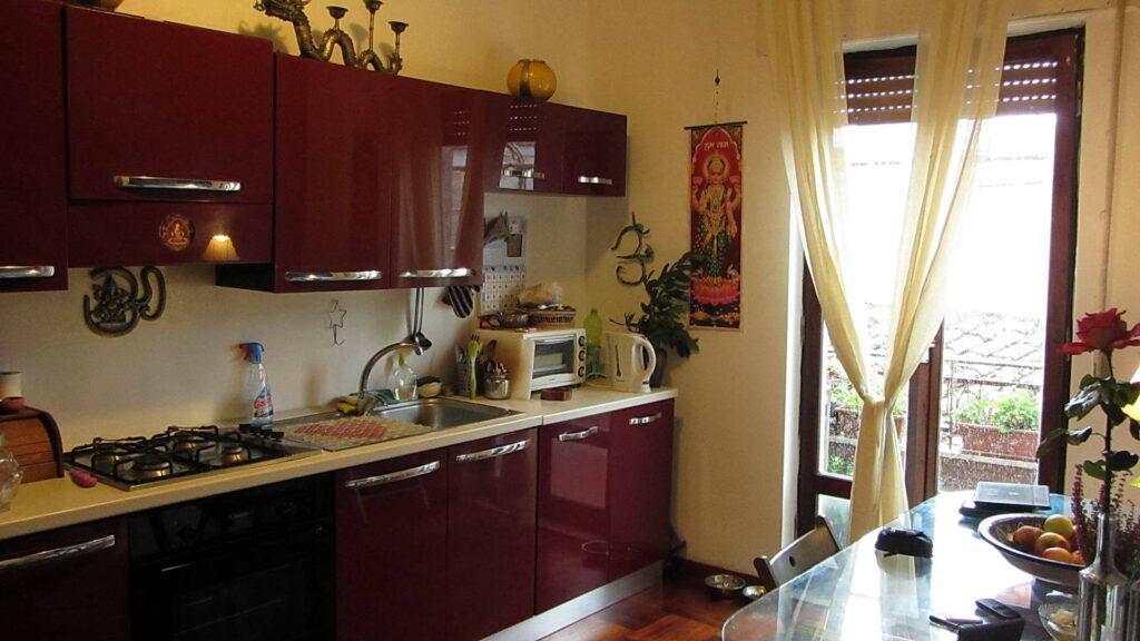 Интерьер кухни с бордовым гарнитуром фото
