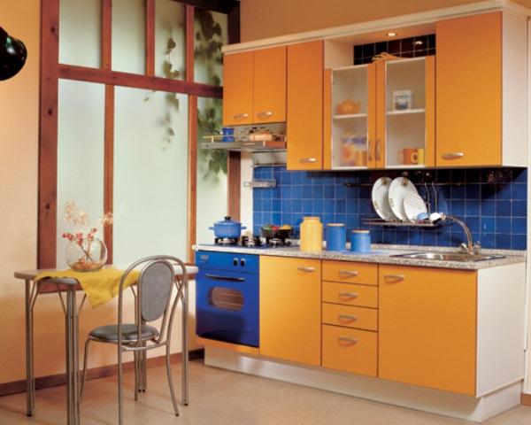 Оранжевая кухня с синим