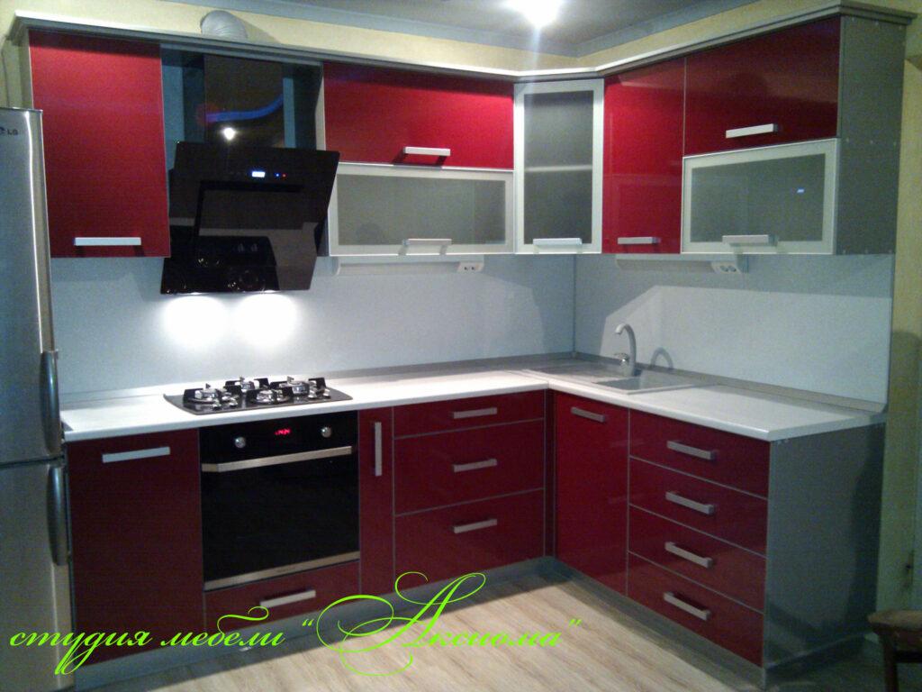 Интерьер с бордовым кухонным гарнитуром