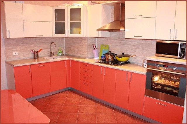 Оранжево-бежевая кухня
