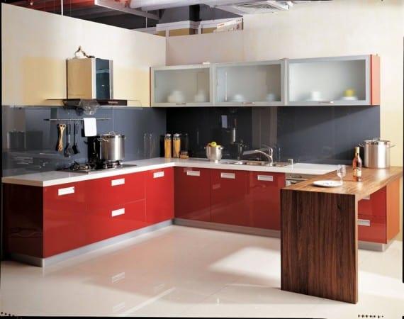Красная с кремовым кухня