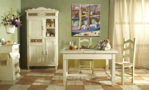 На стены нанесена декоративная штукатурка оливкового оттенка