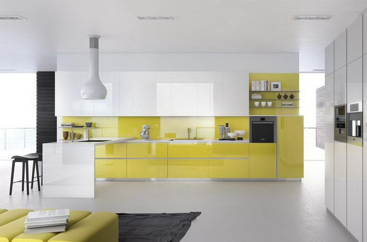 Дизайн серо белой кухни фото с желтым фартуком