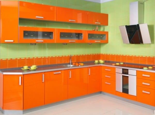 Оранжевая кухня со светло-зеленым фартуком