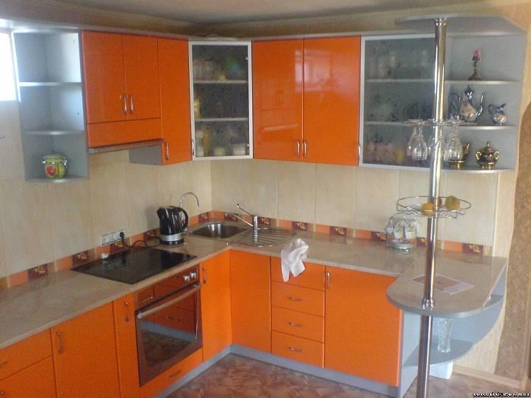 Оранжевая угловая кухня фото