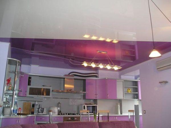 Сиреневый потолок в кухне