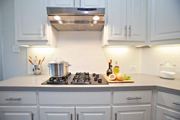 Белая плитка в дизайне кухни