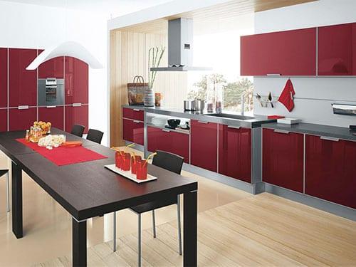 Бордовая кухня и стол венге