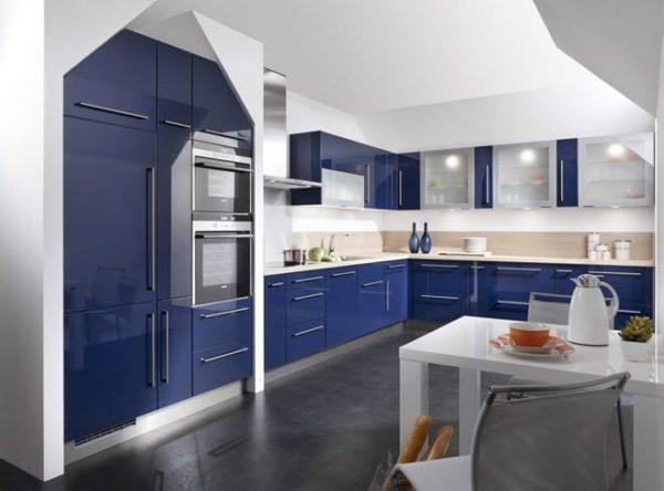 Синяя кухня с белым кухонным гарнитуром