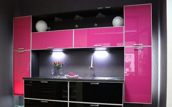 Розовая кухня с глянцевым лаковым фасадом