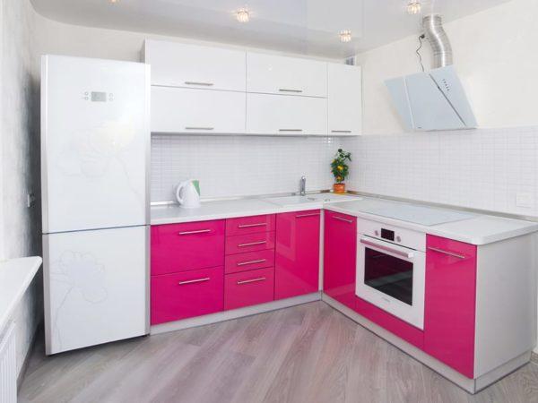 Розовая с белым кухня