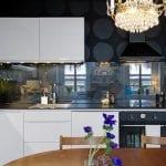 Прозрачный-стеклянный-фартук-в-интерьере-кухни-3-795x530