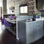 Серая-кухня-с-фиолетовыми-акцентами-794x793