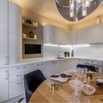 Скинали-с-подсветкой-в-интерьере-кухни-7