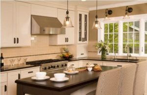 Кухонная мебель и столовая группа белого цвета
