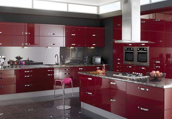Классическое сочетание черный-белый-красный на кухне