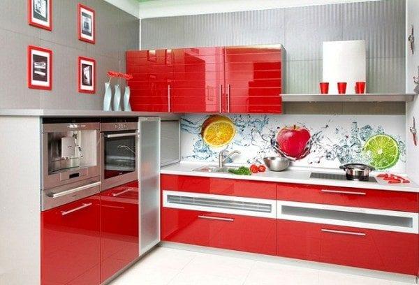 Выше или ниже - зависит от мебельного гарнитура