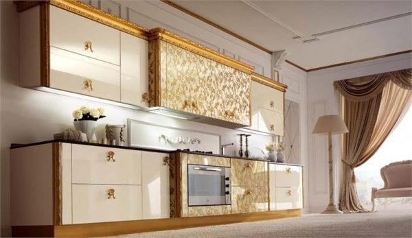 Для любителей золотистого в небольших количествах подойдет патинирование фасадов.