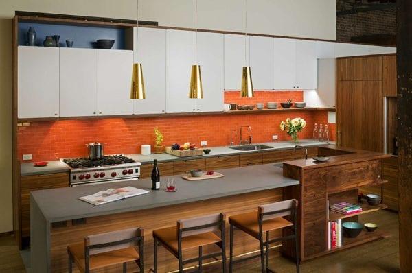 Кухня с деревянной мебелью и оранжевым фартуком
