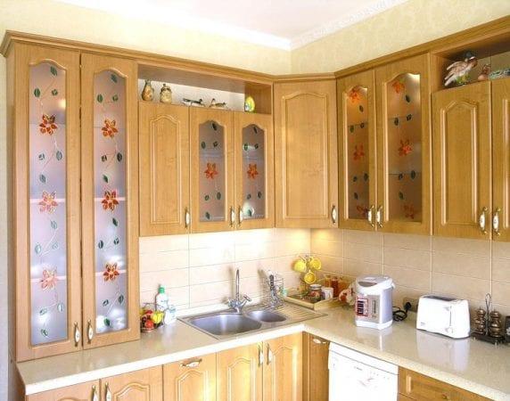 Витражи украшают гарнитур и интерьер кухни