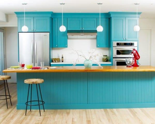 Бирюзовый кухонный гарнитур в отлично гармонирует со светлым полом и стенами