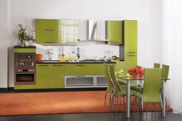 Оливковый кухонный гарнитур с глянцевыми фасадами