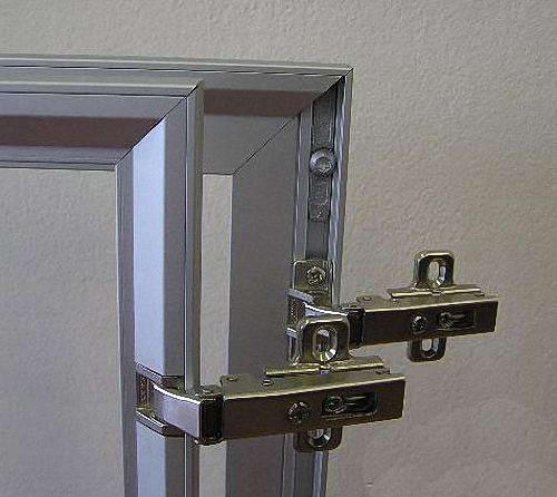 Для того чтобы навесить фасады из алюминия, используются обычные или специальные петли