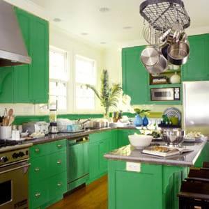 Интересный зеленый кухонный гарнитур
