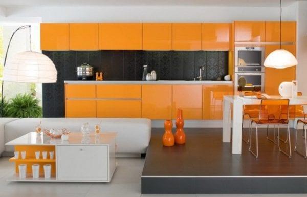 Комбинированная оранжевая кухня с белыми элементами