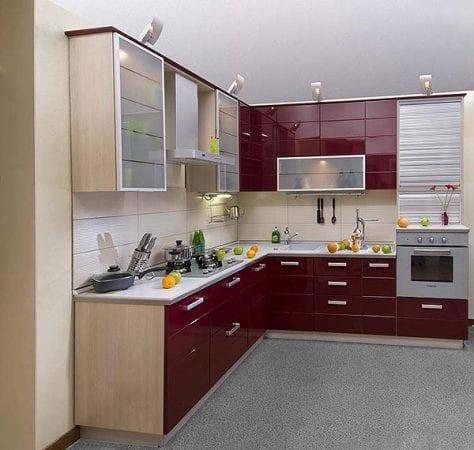 Бордовая кухня с крашеными фасадами