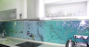 Установка кухонного фартука из стекла своими руками
