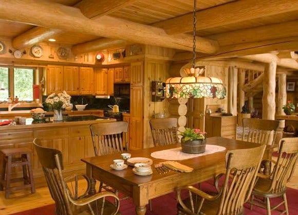 Кухня кантри в теплых древесных тонах