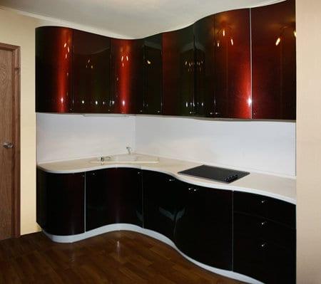 Бордовая кухня-хамелеон из МДФ