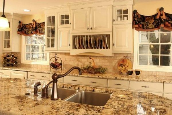 Окно на кухне в стиле прованс