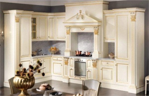 Кухня с окрашенными фасадами с патиной