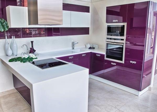 Угловая кухня в стиле модерн с акриловыми фасадами