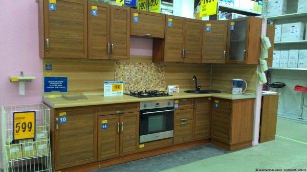 На фото - кухня Прованс Изумруд в гипермаркете Касторама.