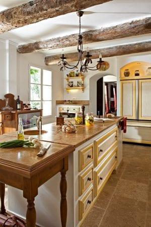 На фото – кухонный потолок в стиле прованс.