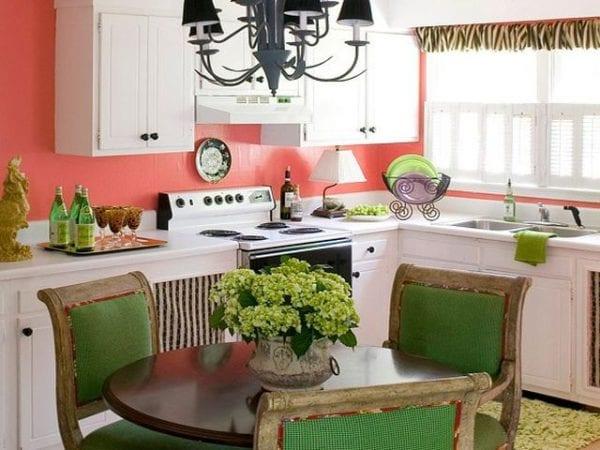 Кухня в коралловом и зеленом цвете