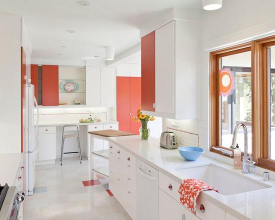 Белая кухня с коралловыми акцентами
