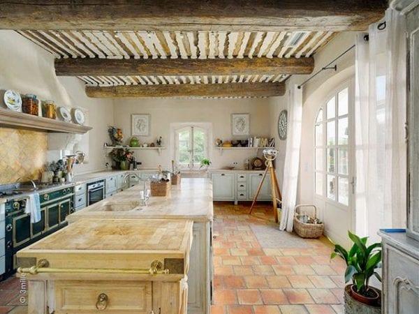 Рабочая стена – фартук на кухне в стиле прованс