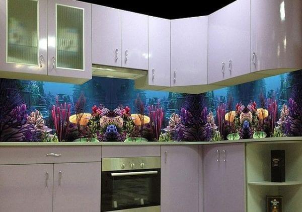 На фото – море на кухонном фартуке.