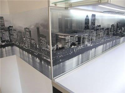 На фото - фартук с фотообоями с изображением города
