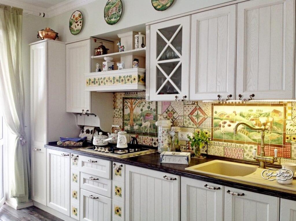 Кухня с фартуком в стиле пэчворк