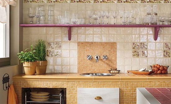 Экран на кухне из керамической плитки