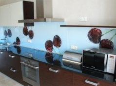 Экран для кухни вместо плитки: из пластика, МДФ или стекла?