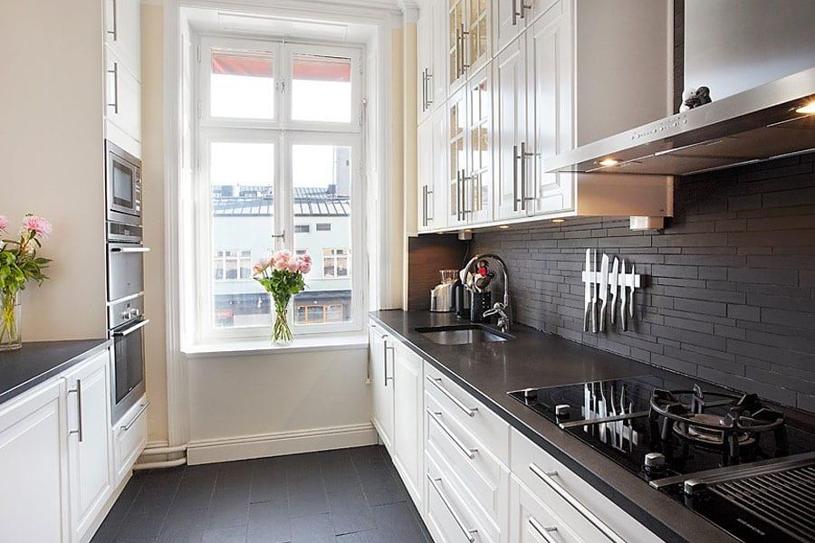 Дизайн кухни с черной столешницей и фартуком