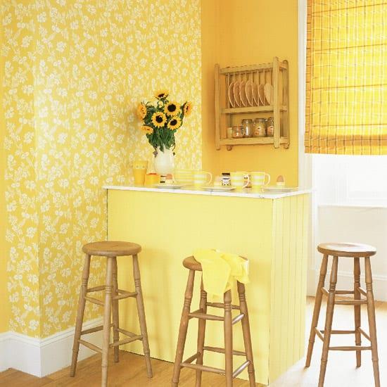 Желтые обои в интерьере кухни фото