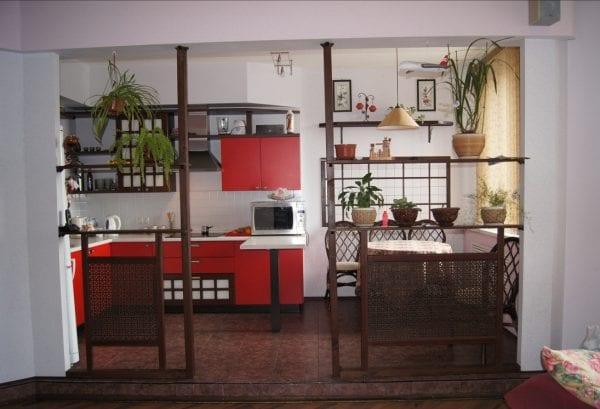 Планировка и интерьер кухни с гостиной и столовой в японском стиле.