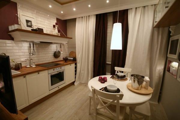 Кухня с необычным для квартиры оформлением